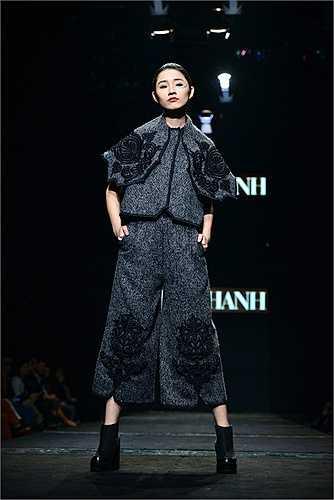 NTK nhận được rất nhiền lời 'ném đá' cũng như góp ý về tính thẩm mỹ của trang phục này