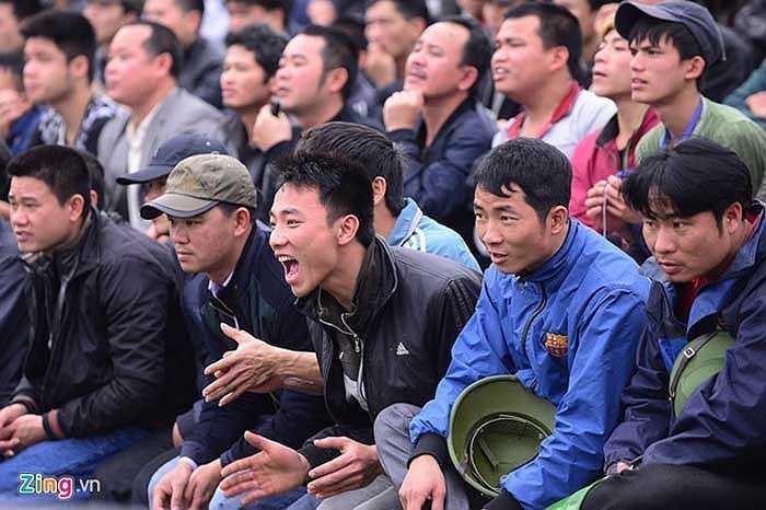 Khán giả phần lớn là thanh niên, trung niên. Họ tỏ ra rất khoái chí.