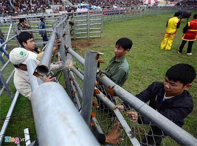 Một góc hàng rào sắt bị húc gãy và phải gia cố, hàn lại trong giờ thi đấu.