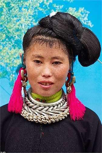 Người phụ nữ dân tộc Miao Đen ở tỉnh Quý Châu, Trung Quốc với trang sức sặc sỡ