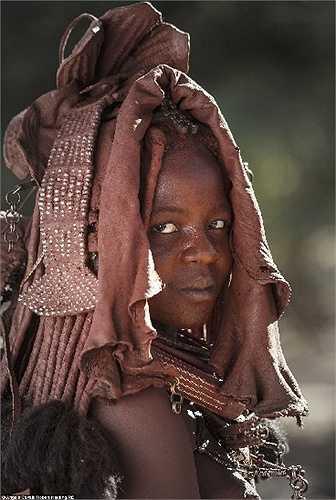 Các bộ lạc Himba ở Namibia và Angola che mái tóc và làn da của họ bằng hỗn hợp bơ và đất sét