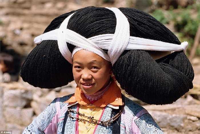 Vào những dịp đặc biệt, phụ nữ người Miao, Trung Quốc đội mái tóc khổng lồ làm từ tóc của những người quá cố