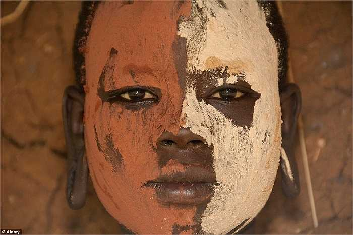 Người phụ nữ bộ lạc Surma, nam Sudan vẽ mặt và cơ thể của họ bằng đất sét màu