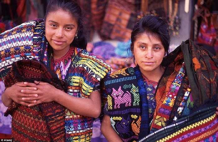 Người phụ nữ Maya bản địa của Guatemala nổi tiếng với thiết kế zig-zag trong trang phục của họ