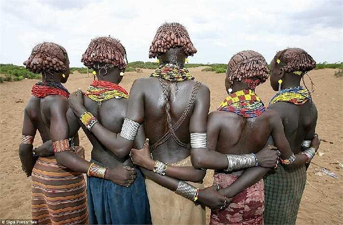 Phụ nữ bộ lạc Omo, Etiopia làm đẹp bằng vòng cổ làm từ hàng ngàn hạt cườm nhiều màu sắc