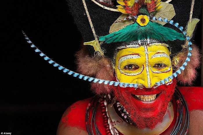 Người Huli Wigman, Papua New Guinea có truyền thống đeo tóc giả làm từ tóc của mình và lông vũ của nhiều loài chim quý hiếm