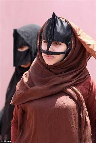 Người phụ nữ Hồi giáo với mặt nạ và trang phục truyền thống
