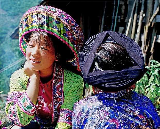 Cô gái dân tộc Miao Đỏ ở tỉnh Quảng Tây, Trung Quốc với chiếc mũ công phu kết từ hàng trăm hạt cườm nhiều màu sắc