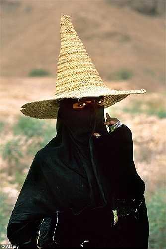 Cô gái chăn cừu người Yemen trong trang phục truyền thống Burqa
