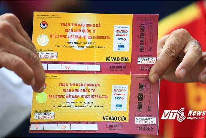 Tình trạng vé giả đã xuất hiện trong trận đấu U23 Việt Nam vs U22 Uzbekistan chiều nay. Trong ảnh, vé giả ở phía trên, phía dưới là vé thật. Rất nhiều vé giả đã được in và bán ra. (Ảnh: VSI)