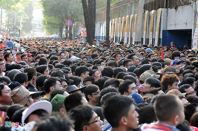 Chính tình trạng vé giả nhiều cùng sức hút kinh khủng của U23 Việt Nam khiến đến sát giờ thi đấu mà còn hàng ngàn người chưa được vào sân.(Ảnh: Zing)