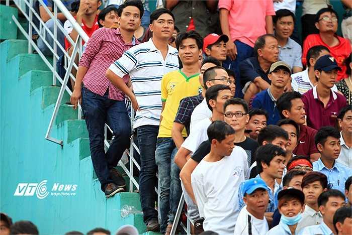 Rất đông người hâm mộ đã phải đứng suốt cả trận đấu (Ảnh: VSI)