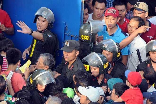 Lực lượng an ninh cố gắng đảm bảo an toàn cho trận đấu. (Ảnh: Zing)