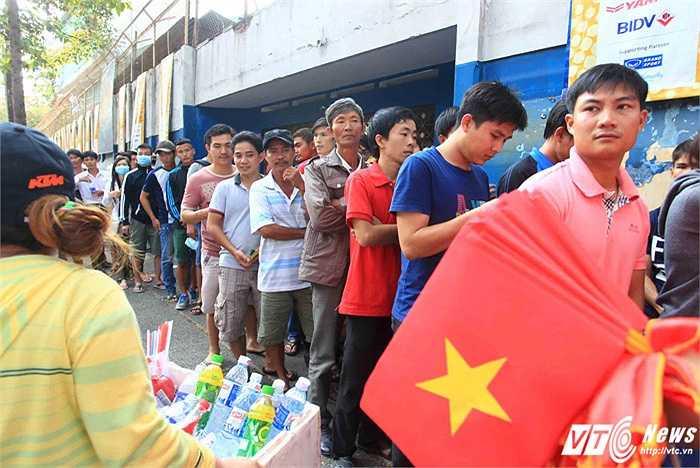 Cổ động viên xếp hàng dài vào xem trận giao hữu thứ 3 của U23 Việt Nam. (Ảnh: VSI)