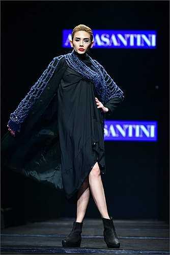 Đến từ thành phố thơ mộng Florence, Alda Santini như mang theo một bài thơ đương đại được làm từ chất liệu vải dệt kim