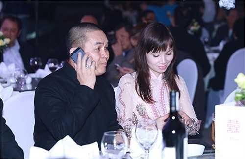 Xuân Hinh cùng vợ dự tiệc cưới Thanh Thanh Hiền. Đây là dịp hiếm hoi vợ của danh hài đình đám nhất phía Bắc xuất hiện trước công chúng cùng chồng.