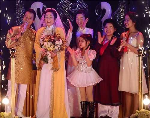 Chế Phong hát ca khúc Ngày vui qua mau trong khoảnh khắc đứng trên sân khấu cùng Thanh Thanh Hiền và các con của vợ.