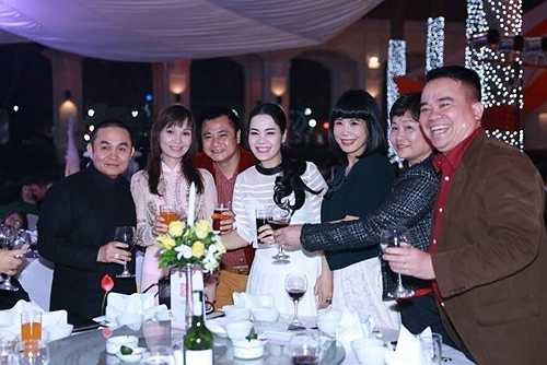 Chị Nguyễn Phương Lan - vợ của danh hài Xuân Hinh rạng rỡ bên các đồng nghiệp của chồng.
