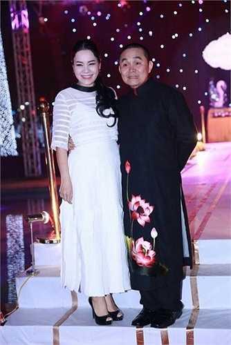 Diễn viên hài Xuân Hinh diện áo dài độc đáo dự tiệc.