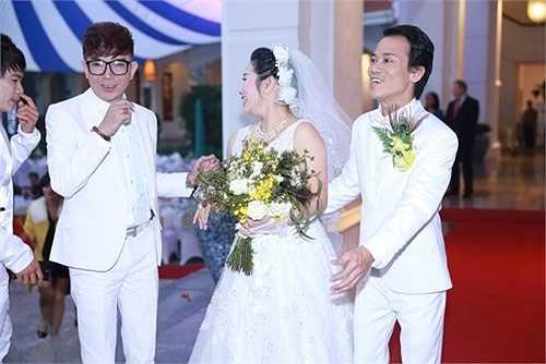 Nam ca sĩ diện bộ vest 'trắng toát' trùng với màu của cô dâu và chú rể.