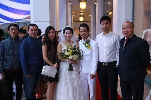 Cô dâu chú rể chụp ảnh cùng bạn bè thân thiết.