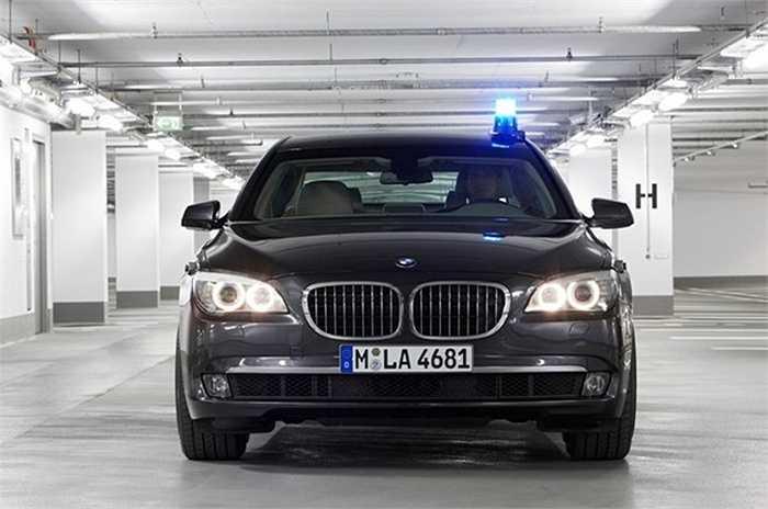 9. BMW 750 Li (340.000 USD), Công ty International Armoring đã giới thiệu phiên bản bọc thép cho chiếc sedan sang trọng của BMW. 750Li được trang bị động cơ V8, 400 mã lực, đủ sức mạnh để kéo thêm hàng trăm kg thép và kính chống đạn lắp trên xe.