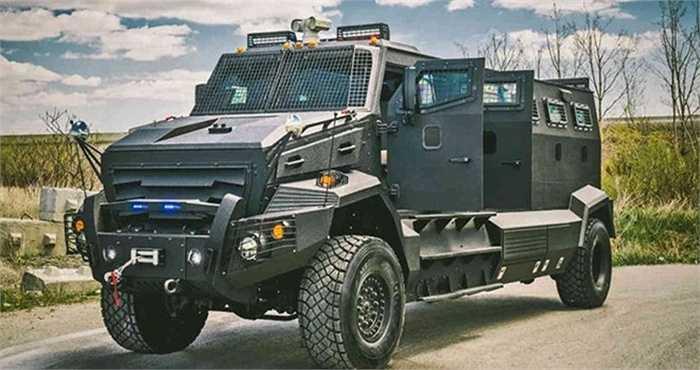 5. Huron APC (630.000 USD). Chiếc xe bọc thép này có vẻ ngoài không khác xe quân sự, có thể chống được tất cả những cuộc tấn công bằng súng cũng như chất nổ. Thậm chí, vệ sĩ có thể vận hành tháp súng máy trên nóc xe để chống lại sự tấn công.