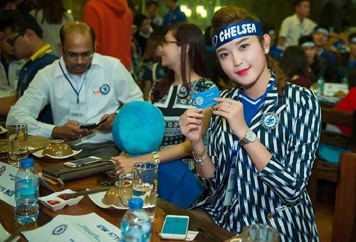 Tới dự buổi offline của người hâm mộ Hà thành nhân dịp Chelsea tròn 110 tuổi, Á hậu Việt Nam 2014 cởi mở chia sẻ về tình yêu với đội chủ sân Stamford Bridge.