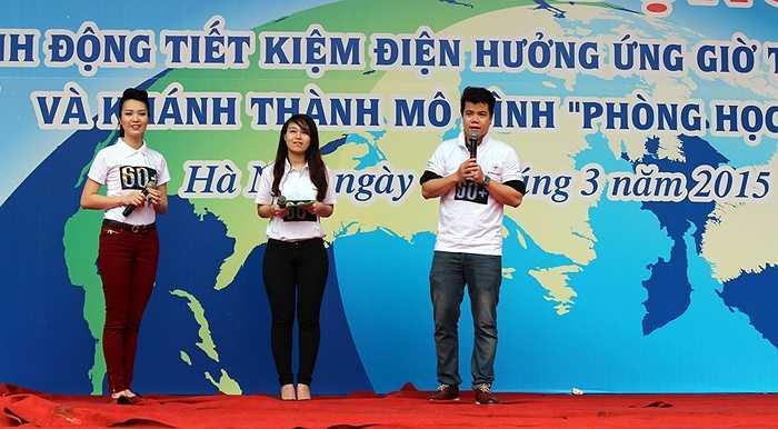 Á hậu Thụy Vân và ca sỹ Đinh Mạnh Ninh chia sẻ trước hàng nghìn bạn học sinh trường Ams những cách đơn giản để tiết kiệm điện hàng ngày