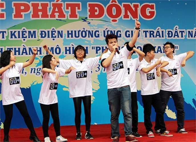 Ca sỹ Đinh Mạnh Ninh khiến hàng nghìn em học sinh đung đưa theo những ca khúc đầy sôi động