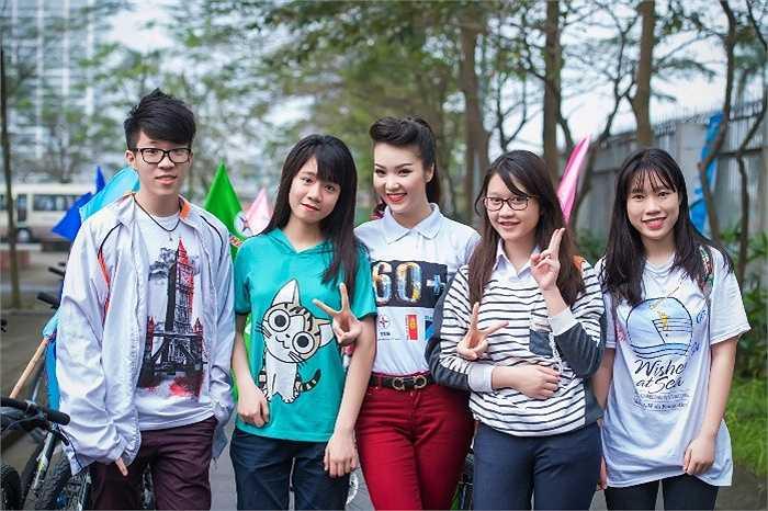 Các bạn học sinh trường Ams không bỏ lỡ cơ hội được chụp ảnh cùng Á hậu Thụy Vân