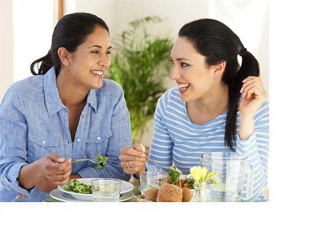 Thói quen ăn uống không khoa học: Nếu bạn ăn nhanh, hoặc ăn khi bạn đang nói chuyện hay làm việc, khi đó bạn đang nuốt nhiều không khí. Không khí vào nhiều làm dạ dày căng lên giống như khi nhai kẹo cao su. Vì thế nên tạo thói quen ăn chậm và ăn tập trung.
