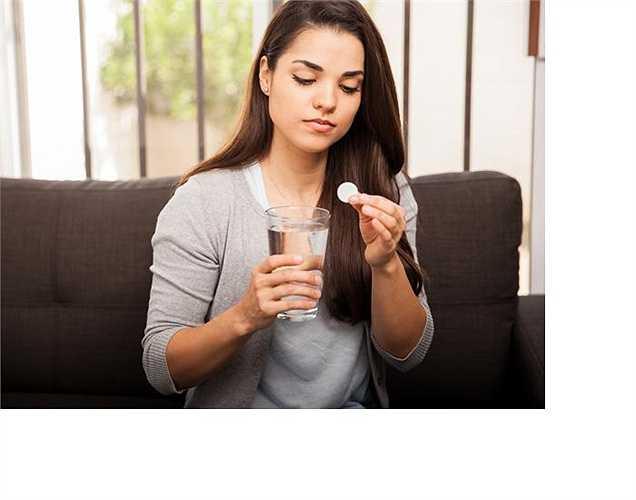 Trào ngược axit: khi bị chướng bụng, hoặc buồn nôn sau bữa ăn, có thể do bạn bị trào ngược axit, hoặc khó tiêu. Các axit trong dạ dày trào lên thực quản, do ăn quá nhiều, hút thuốc, uống rượu, béo phì, và mang thai ở độ tuổi trên 35.  Cách xử lí là nên uống nước uống có ga, hay thuốc kháng axit…