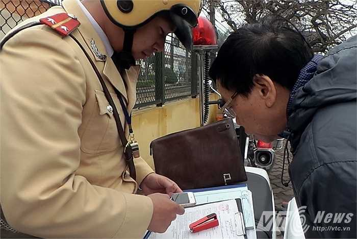 Thông qua hình ảnh từ camera giám sát, từ tháng 1/2015 đến ngày 10/3/2015, lực lượng cảnh sát giao thông đã xử phạt 99 trường hợp vi phạm Luật giao thông, trong đó có 97 ô tô, 2 xe máy. (Thực hiện: Minh Chiến - Việt Linh)