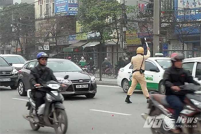 Sau khi trung tâm điều khiển giao thông thông báo qua bộ đàm các trường hợp vi phạm, các tổ công tác ở hiện trường lập tức phát hiện, dừng phương tiện xử lý.