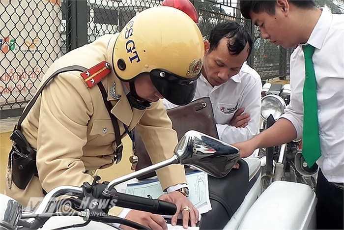 Nhiều người tỏ ra bất ngờ khi bị dừng phương tiện, tuy nhiên khi CSGT đưa ra các hình ảnh vi phạm do camera ghi lại, các trường hợp vi phạm đều chấp hành.