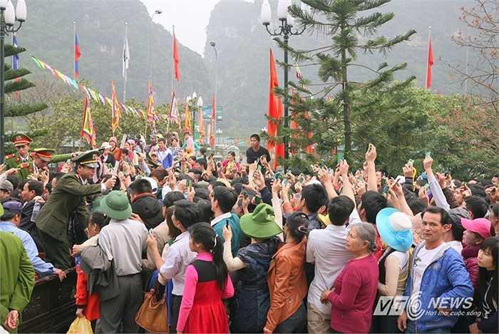 Không dự trù được tình huống lượng khách tăng đột biến vào những ngày cuối tuần, Ban tổ chức khu danh thắng Tràng An gần như rơi vào thế 'vỡ trận' khi mất kiểm soát ở cả khu bán vé lẫn khu vực lên đò.