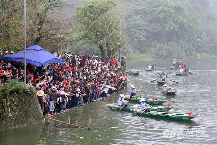 Trên bến, hàng nghìn người 'bầm dập' trong cảnh chen lấn đợi đò, đám đông ùn ùn xô đẩy phía sau khá nguy hiểm, có thể khiến hàng loạt người đứng phía trước ngã xuống nước.