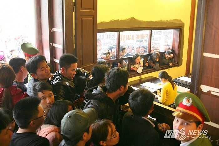 Dù có 3 ki-ốt bán vé nhưng Ban tổ chức chỉ bán vé tại một quầy duy nhất, nên việc mua vé đi tham quan cũng phải chen lấn 'bẹp ruột'.