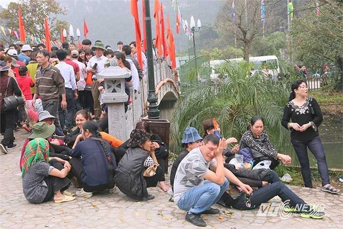 Nhiều du khách mệt mỏi bỏ cuộc ra về, nhiều người khác ngồi đợi trong cảnh ngao ngán vì chen vào cũng không mua được vé. Quầy vé thi thoảng thông báo ngưng bán vé