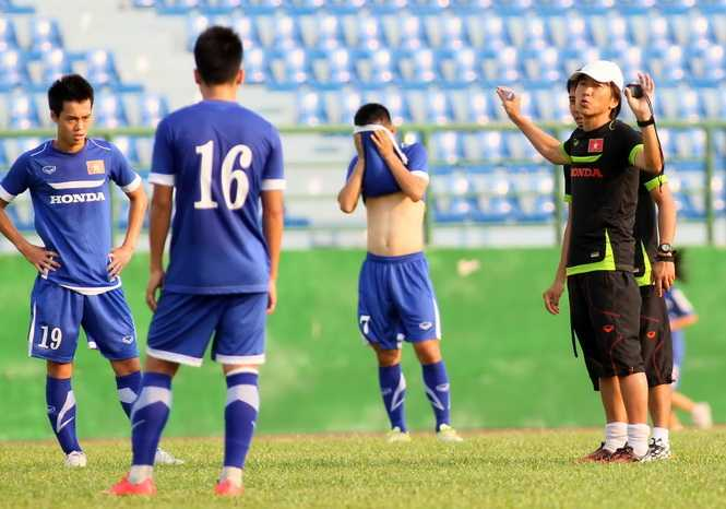 HLV Miura chỉ đạo các học trò ở U.23 Việt Nam tập luyện tại Bình Dương chiều 16.3.2015 - Ảnh: Khả Hòa