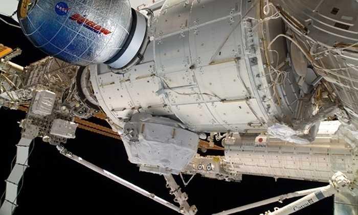 Bigalow Aerospace, được thành lập vào năm 1998, đã có một hợp đồng trị giá 18 triệu USD với NASA. Cabin Nghiên cứu của Bigalow, có tên là BEAM, sẽ là cabin bơm hơi đầu tiên được đặt trên Trạm Vũ trụ Quốc tế vào cuối năm nay. Vải của cabin này có một lớp Vectran chống đạn và được làm từ 'siêu sợi pha lê lỏng' có độ bện gấp đôi Kevlar.