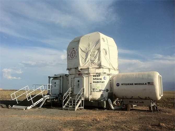 Trạm Thăm dò Môi trường sống (HDU) của NASA trong một cuộc thử nghiệm trên sa mạc Arizona vào năm 2011. Nơi này được chọn do có tính chất địa lý tương tự vơi Mặt Trăng.