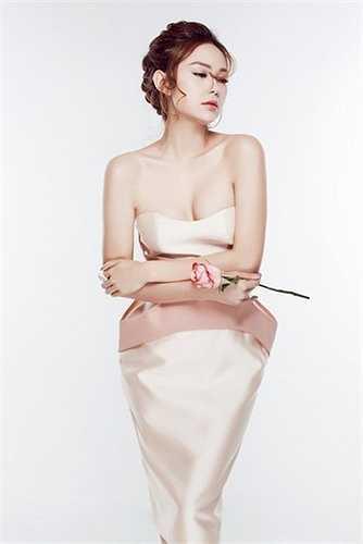 Chỉ đến năm 2010, người hâm mộ mới ghi nhận sự thay đổi phong cách ở Minh Hằng. Cô thay đổi kiểu tóc trẻ trung, lựa chọn trang phục có gu hơn. Nữ ca sĩ, diễn viên khiến nhiều người lay động bởi vẻ đẹp vừa ngọt ngào vừa quyến rũ.
