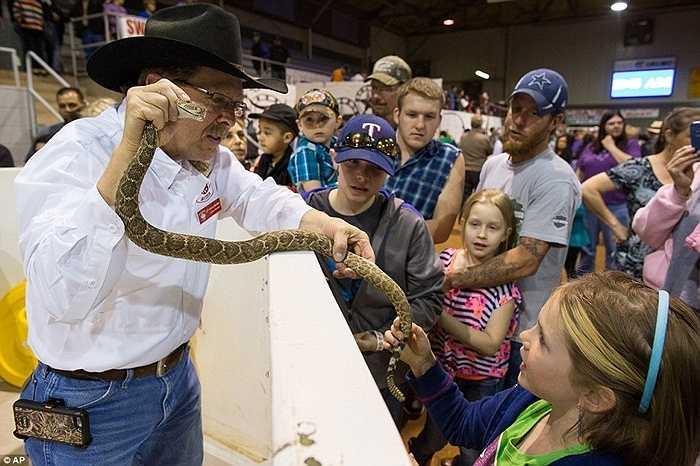 Người biểu diễn tranh thủ 'hù dọa' lũ trẻ bằng xác một con rắn