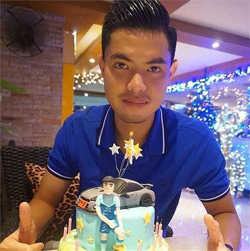 Suttinan Phukhom hiện khoác áo CLB Chonburi ở Thái League. Trong sự nghiệp, anh từng vô địch AFF Cup 2014 và cùng U23 Thái Lan đoạt HC vàng Sea Games 2007.