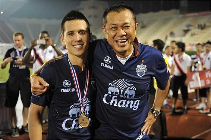 Năm 2012, anh gia nhập Buriram United và cùng CLB này đoạt Thai FA Cup, Thai League Cup và Kor Royal Cup. Ampaipitakwong đầu quân cho Bangkok United từ năm 2013.
