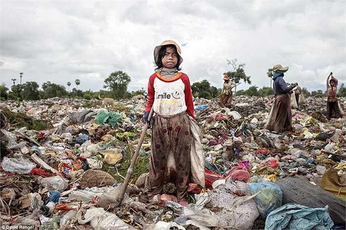 Sigen Rathy, 12 tuổi, em đã làm việc ở đây được 1 năm và thấy rất nhiều khách du lịch hay đến đây để xem cũng như chụp lại hình các em đang bới rác