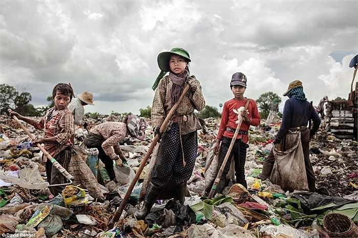 Lia Neang Syer, 14 tuổi, gia đình khó khăn nên phải bỏ học và làm việc tại bãi rác đã được 4 năm. Gia đình có 2 chị em gái và 1 em trai, tất cả đều sống nhờ bãi rác này