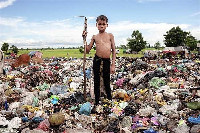 Kon Mai làm việc ở bãi rác này lúc 12 tuổi. Vì bố mẹ không có việc làm ổn định nên em phải bỏ học để làm ở đây